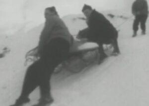 Cortina 1956: trasporto con slitta di materiale televisivo